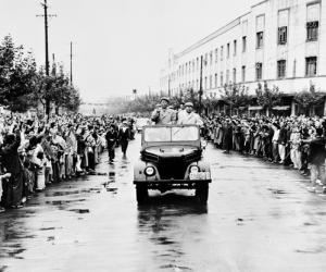 1958年9月,毛主席在合肥市视察。